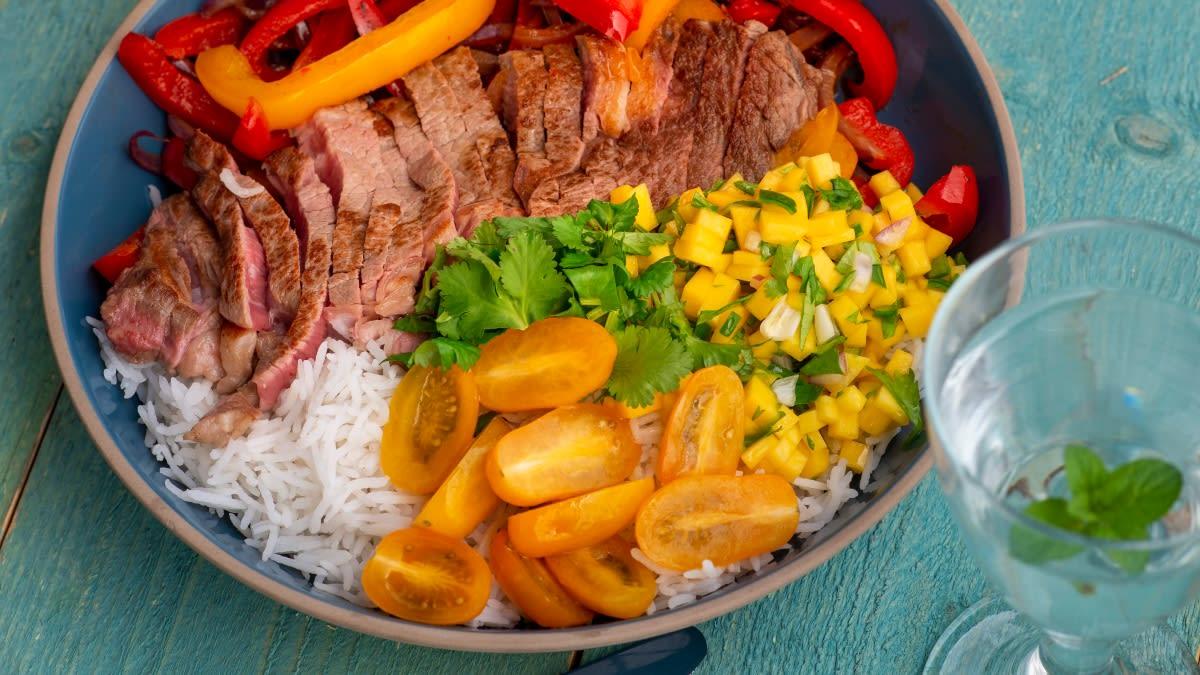 Paprikų salotos su jautiena, ryžiais ir mangų padažu