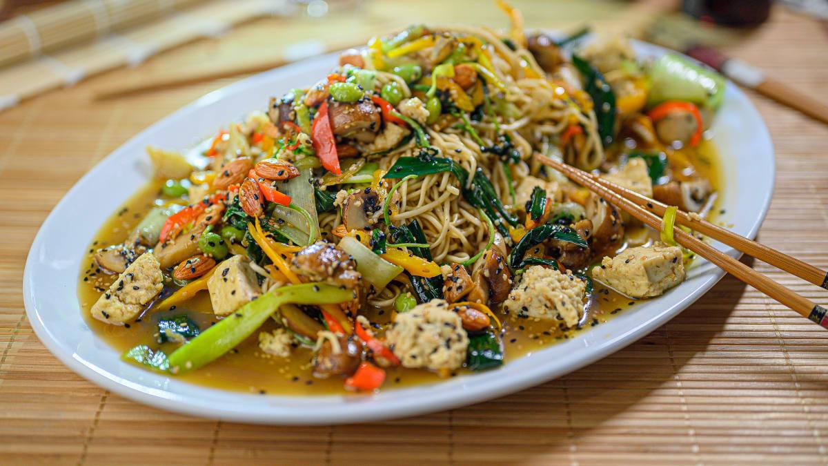 Veģetārais woks ar nūdelēm un medus mērci
