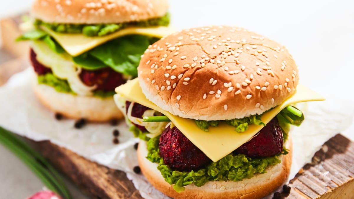Zaļo zirnīšu un biešu bumbiņu burgers