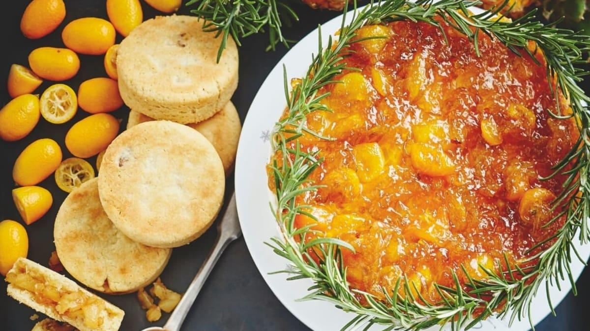 Varškės pyragas su kinkanų ir rozmarinų uogiene