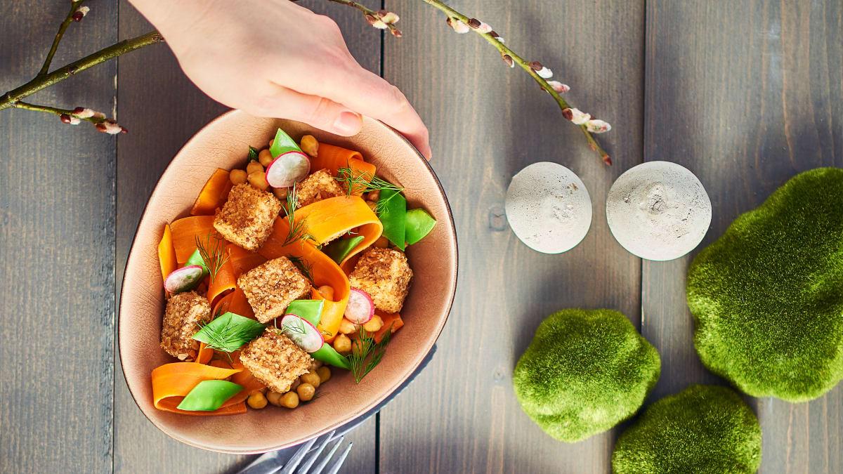 Salotos su keptu tofu, morkomis ir avinžirniais