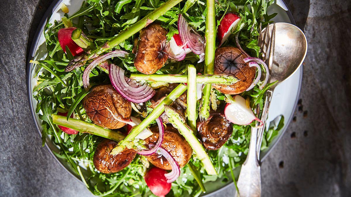 Sparģeļu un sēņu salāti ar franču vinegreta mērci