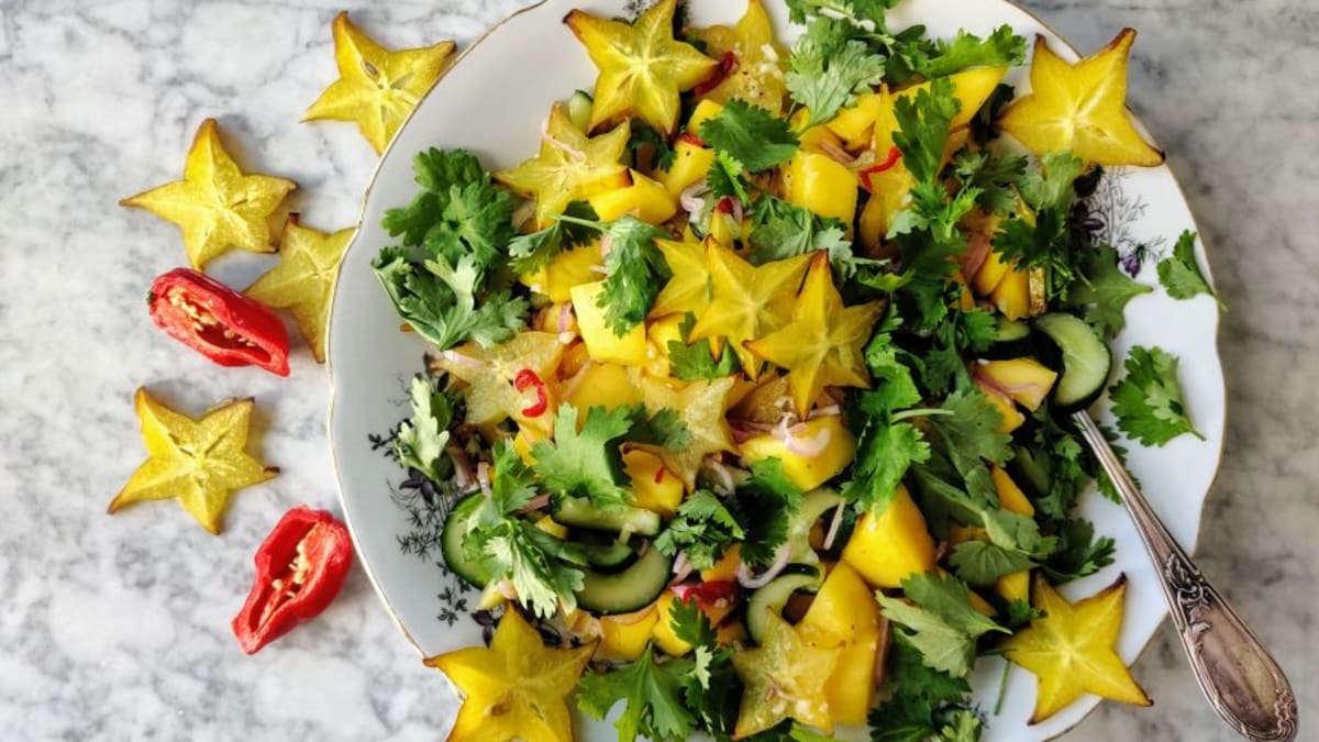 Kreftine puuvilja salat kurgi, koriandri ja värske laimiga