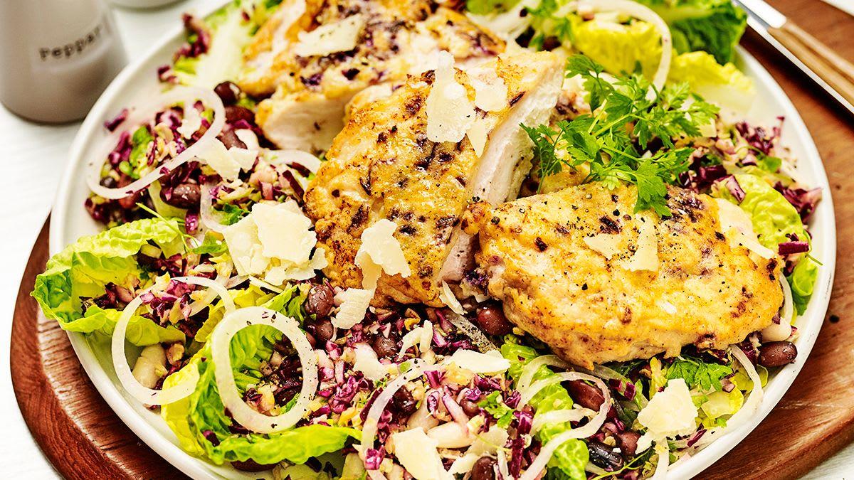 Cepta vista parmezānā ar Briseles kāpostu un sarkano kāpostu rīsu salātiem