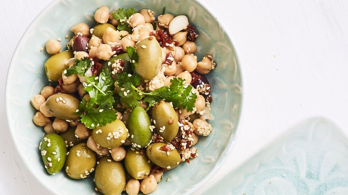 Olīvu un turku zirņu salāti ar svaigu koriandru