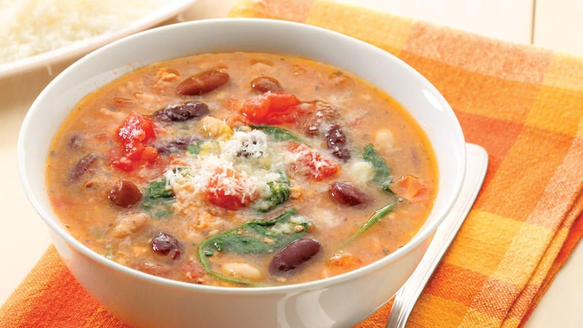 Smulkintos kalakutienos sriuba su pupelėmis ir špinatais