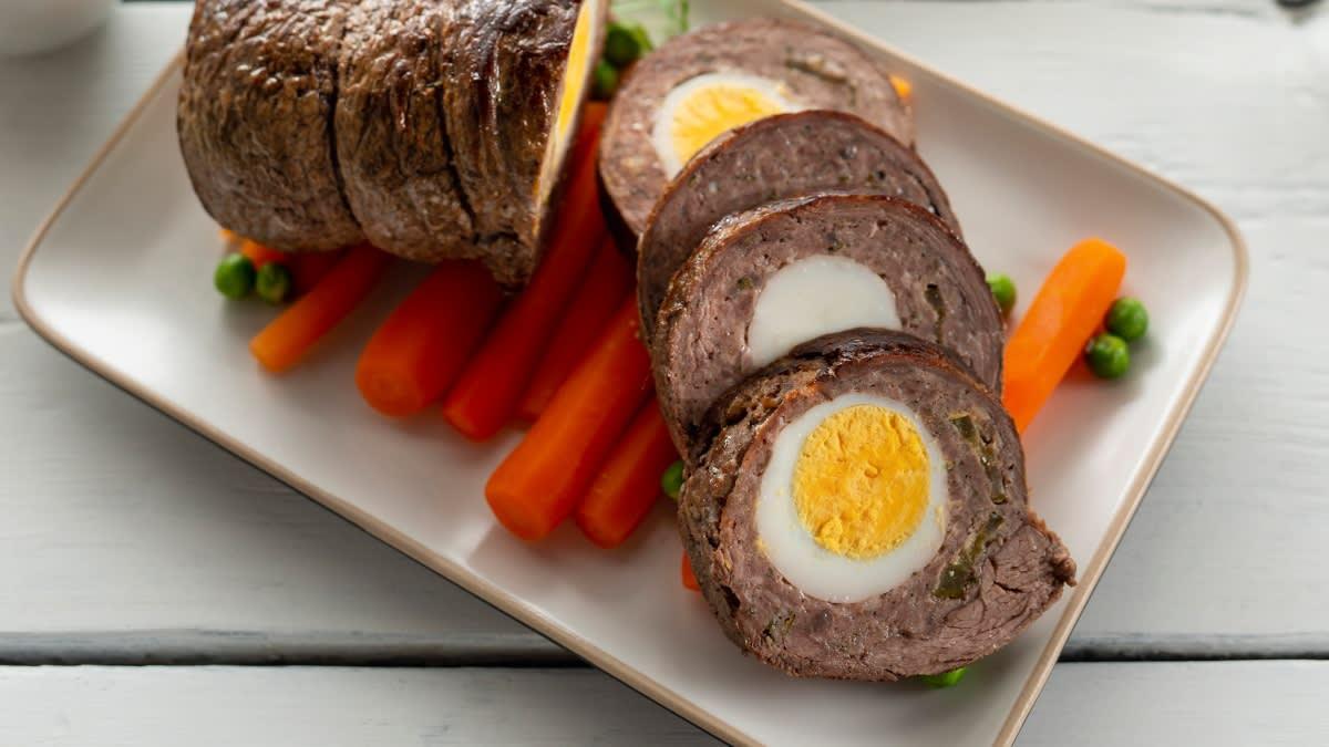 Jautienos vyniotinis su virtais kiaušiniais ir agurkėliais