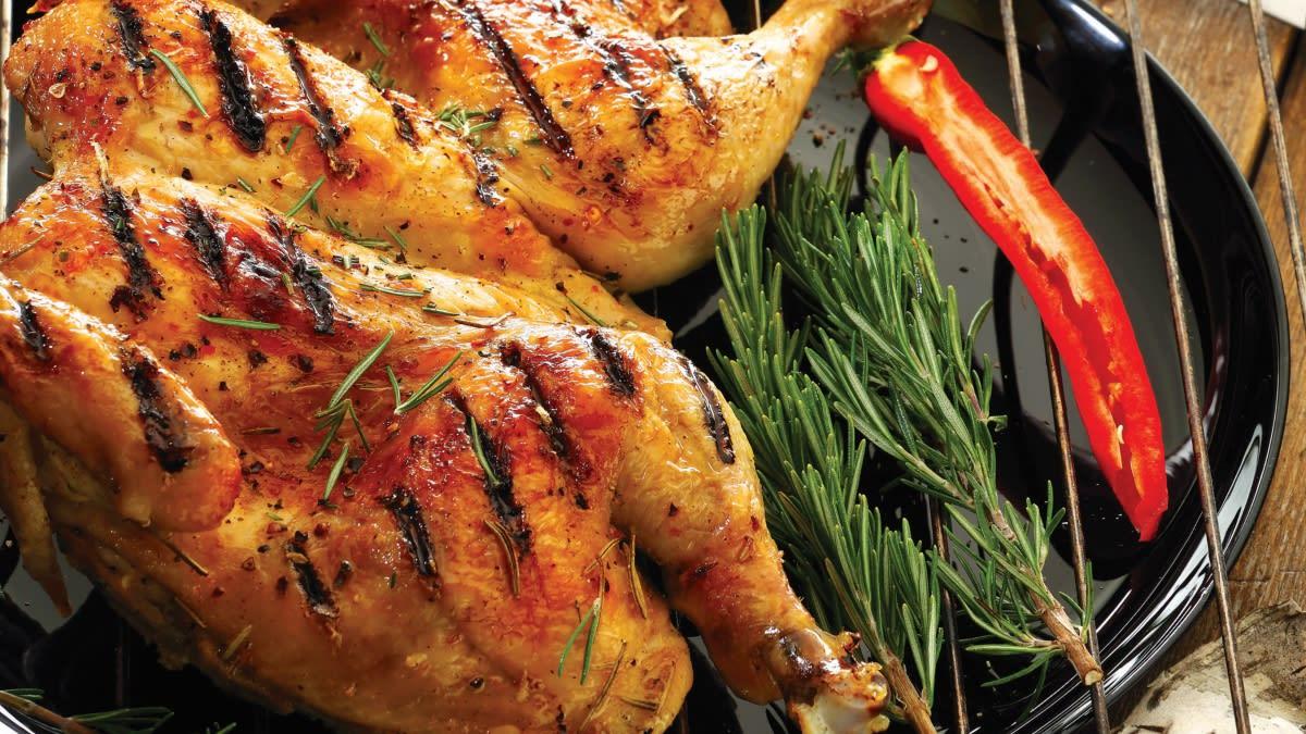 Grilyje keptas viščiukas su česnakais ir rozmarinais