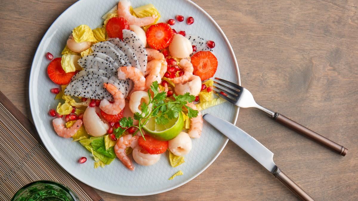 Egzotinių vaisių ir krevečių salotos