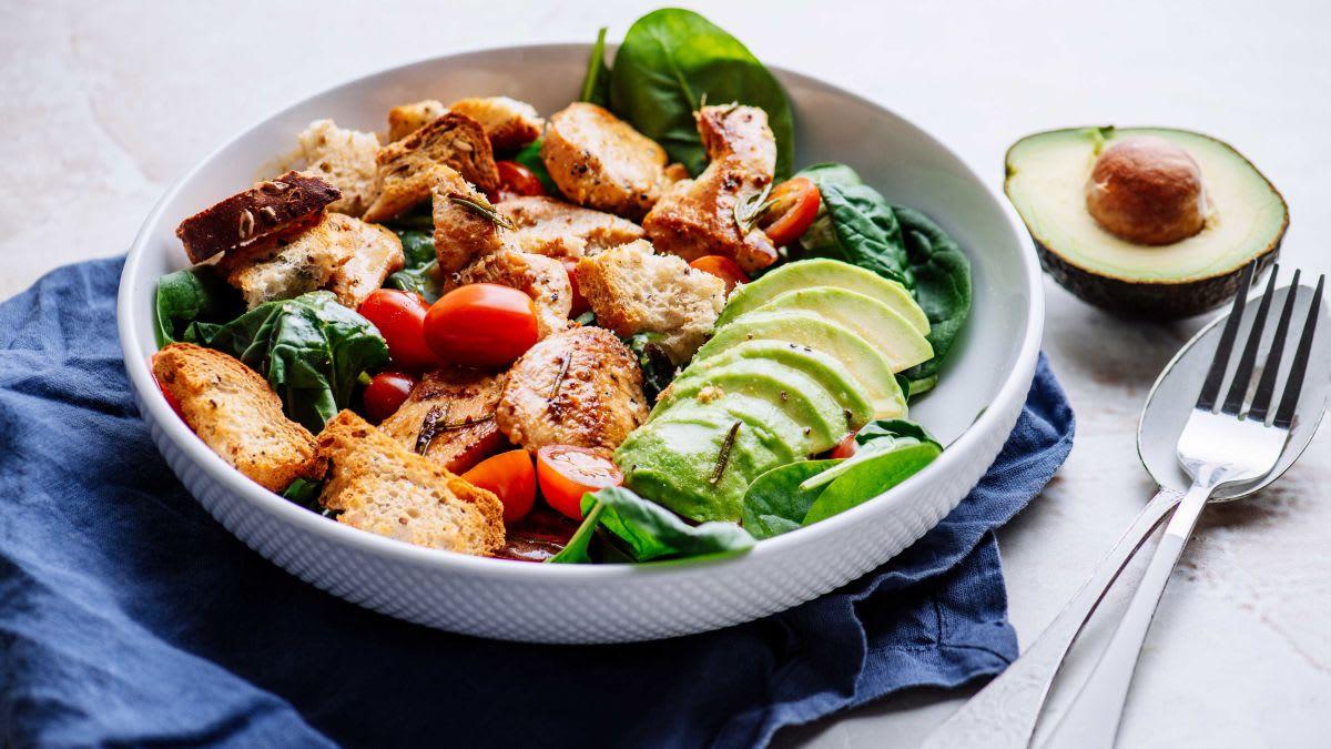 Rozmarīna vistas un grauzdiņu salāti ar vinegreta mērci