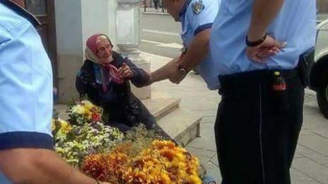Bătrânele care vând flori