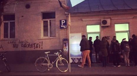 Copii doriți, nu decreței - inscripție pe peretele maternității Stanca de la #cluj, in timp ce un grup creștin demonstrează anti-avort #viataincluj , foto via Groparu.ro