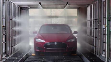 Autoturism Tesla Model S la standul de vopsire și lăcuire