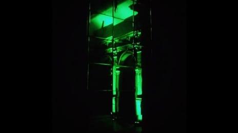 Reflexii verzi într-o oglindă de perete din defunctul #hotel #continental din #cluj, pe care l-am putut vizita mulțumită celor de la #heineken , în cadrul campaniei #openyourcity