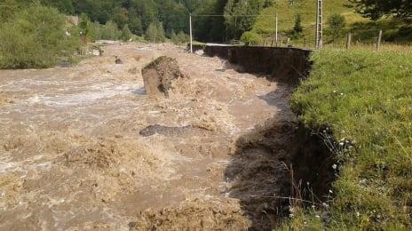 Inundații pe Jieț, 29 Iulie 2014, curgerea haotică a apei se datorează și decolmatării necorespunzătoare a cursului de apă