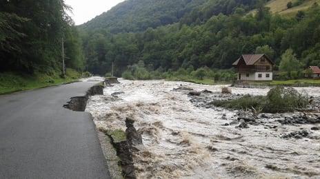 Inundații pe Jieț, 29 Iulie 2014, cu digul și drumul luate de apă