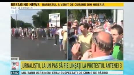 1. Piticu (Cristi Dorombach), cu ochelari la protestul organizat de Antena 3