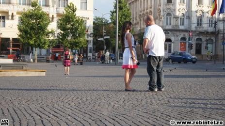 Sam Cel Român vorbind cu o doamnă de la presă, la un protest pro-constituție în Piața Unirii din Cluj-Napoca, 6 Iulie 2012