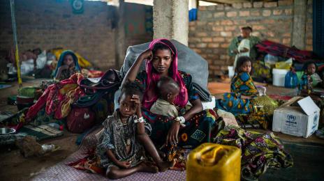 Hajara și copiii săi așteaptă după prima masă caldă în peste două luni