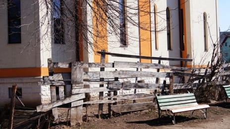 6. Gard despartitor intre o biserica si un loc de joaca