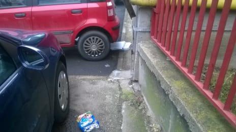 Cutii de pizza pe sub mașină