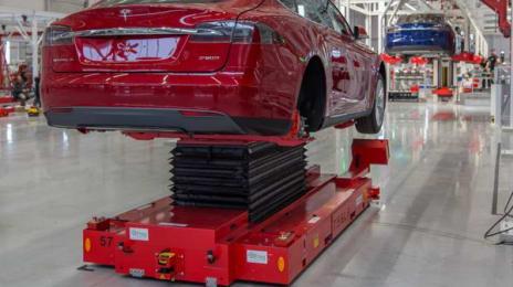 Autoturisme Tesla Model S de mai multe culori pe linia de asamblare din Tilburg, Olanda