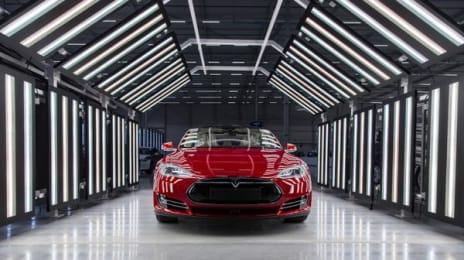 Autoturism Tesla Model S la standul de uscare a lacului, după vopsire