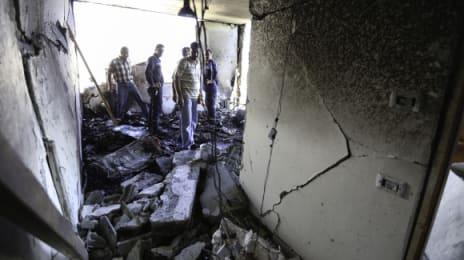Vecinii și rudele au venit să vadă distrugerea sufrageriei de la etajul al doilea, după ce armata israeliană a plantat explozivi în aceasta