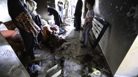 Vecinii și rudele au venit să vadă ce a mai rămas după raidul israelian - în timpul raidului, familia Aisha a fost ținută în casă, cât timp armata distrugea tot