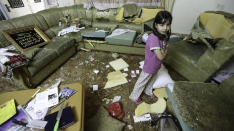 Soldații israelieni au tăiat cu cuțitele mobila din casa familiei Qawasmeh