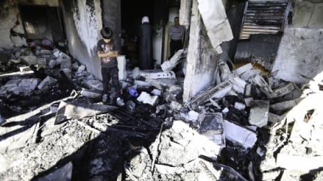 Un copil, marcat de distrugerea din jur, printre ruinele sufrageriei