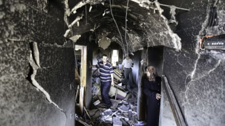 Rudele trec prin culoarul (holul) de la etajul al doilea, unde pereții sunt crăpați în urma exploziilor