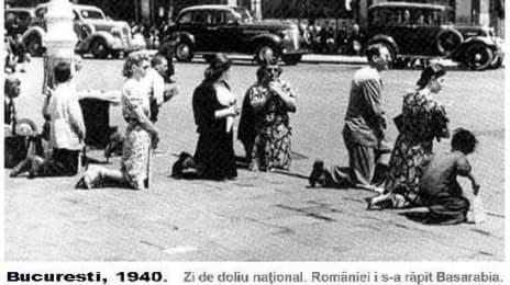 La 26 Iunie 1940, la ora 12, românii au îngenuncheat de doliu ca urmare a pactului Ribbentrop-Molotov, prin care României i s-au răpit Basarabia, Nordul Bucovinei și alte regiuni mai mici