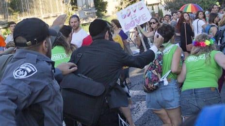 Yishai Shlissel atacand cu cutitul niste fete care se tineau de mana la o parada de gay