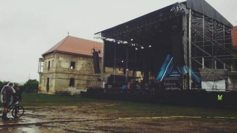 Ploaie multă la Festivalul Electric Castle din Cluj (Bonțida), deci cizme de cauciuc...