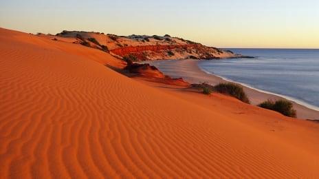 Dune roșii la țărmul oceanului
