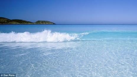 Plajă cu apă extrem de limpede