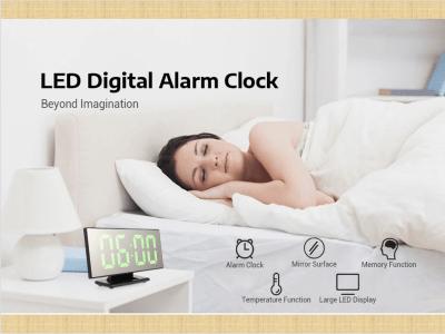Reloj despertador de superficie de espejo digital con pantalla LED grande. Puerto USB. Cuarto. Despertador de función dual. 2 vías de energía. Apague la función de memoria. Tamaño portátil. Ligero