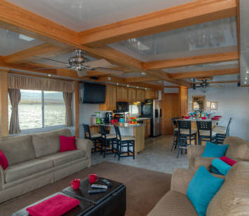 70' Silver Houseboat living area