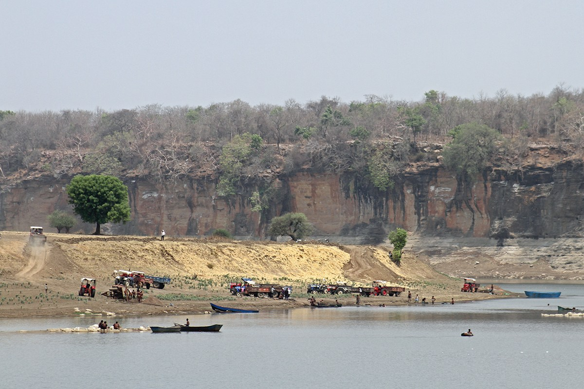 Sand mining at river Betwa on the border of Uttar Pradesh and Madhya Pradesh. The cliffs in the background are the natural habitats of long-billed vultures and Egyptian vultures. Photo: Akhilesh Kumar, IBCS