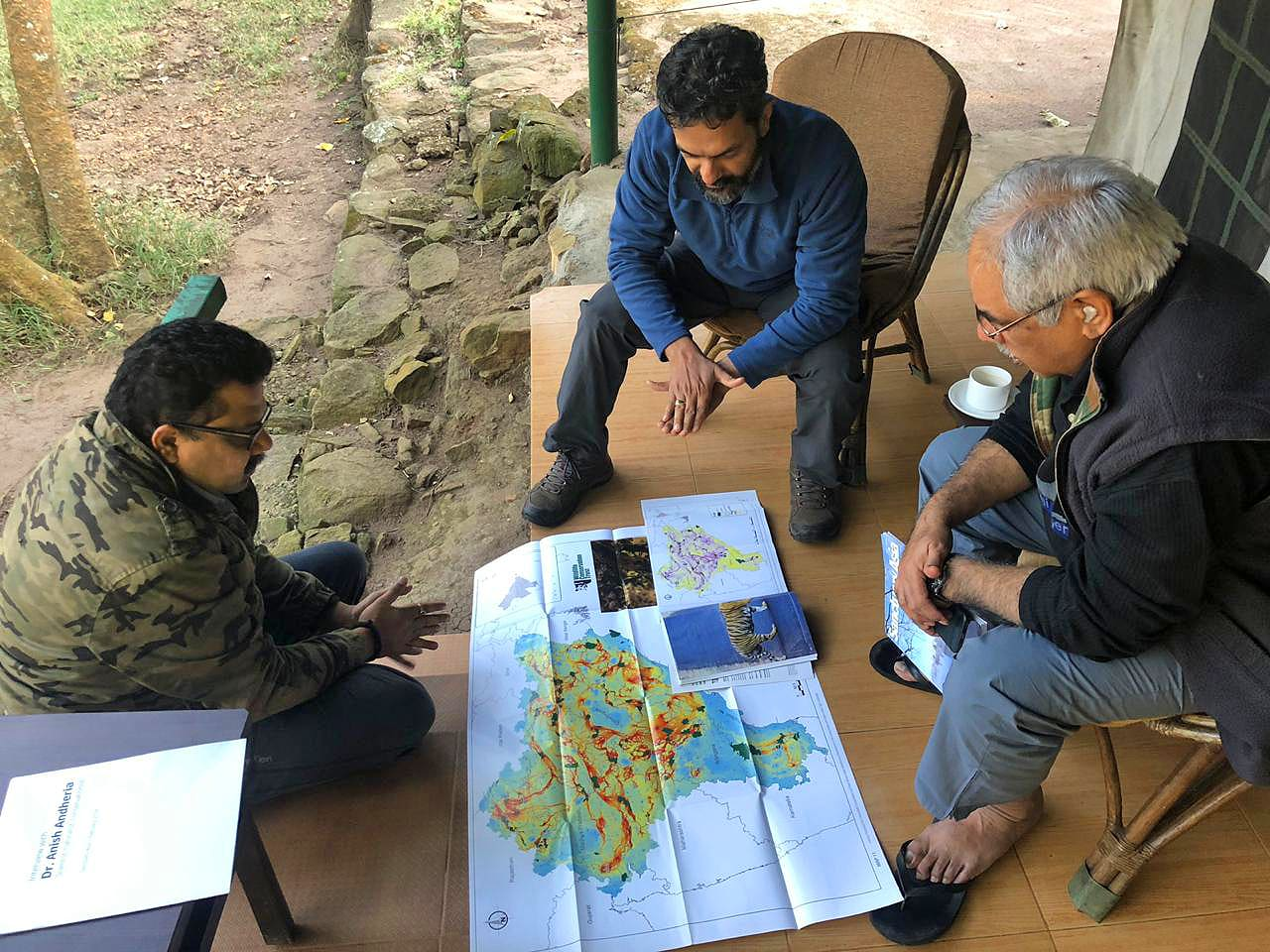 Anish Andheria discussing WCT's whitepaper on linear infrastructure with Karnataka's forest officials.  Photo courtesy: Amoghavarsha