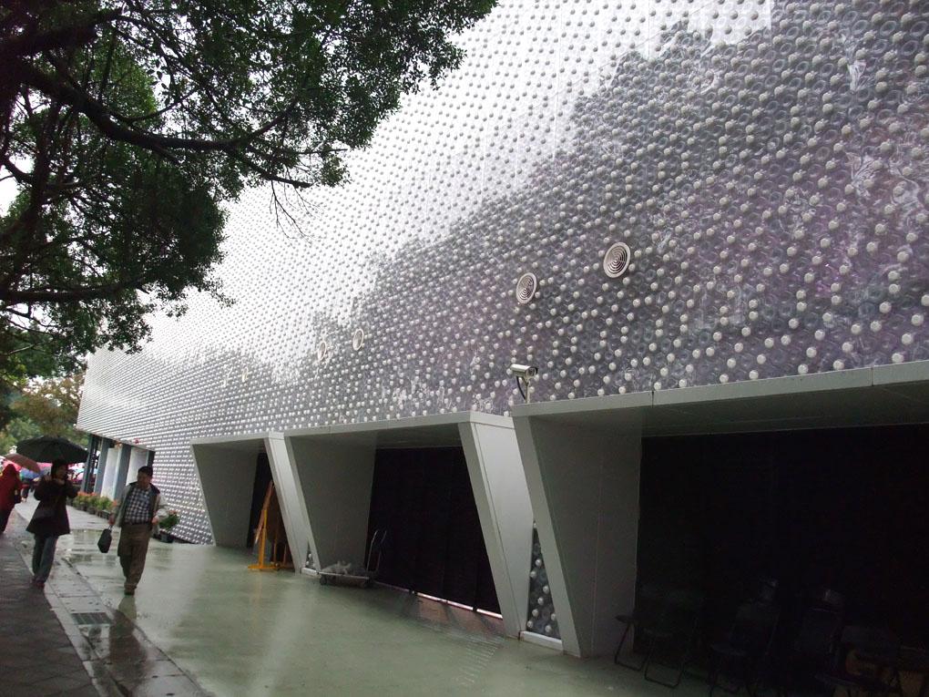 Taiwan's amazing EcoARK building has been constructed using 1.5 million plastic bottles. Photo courtesy: arquitectobra.blogspot