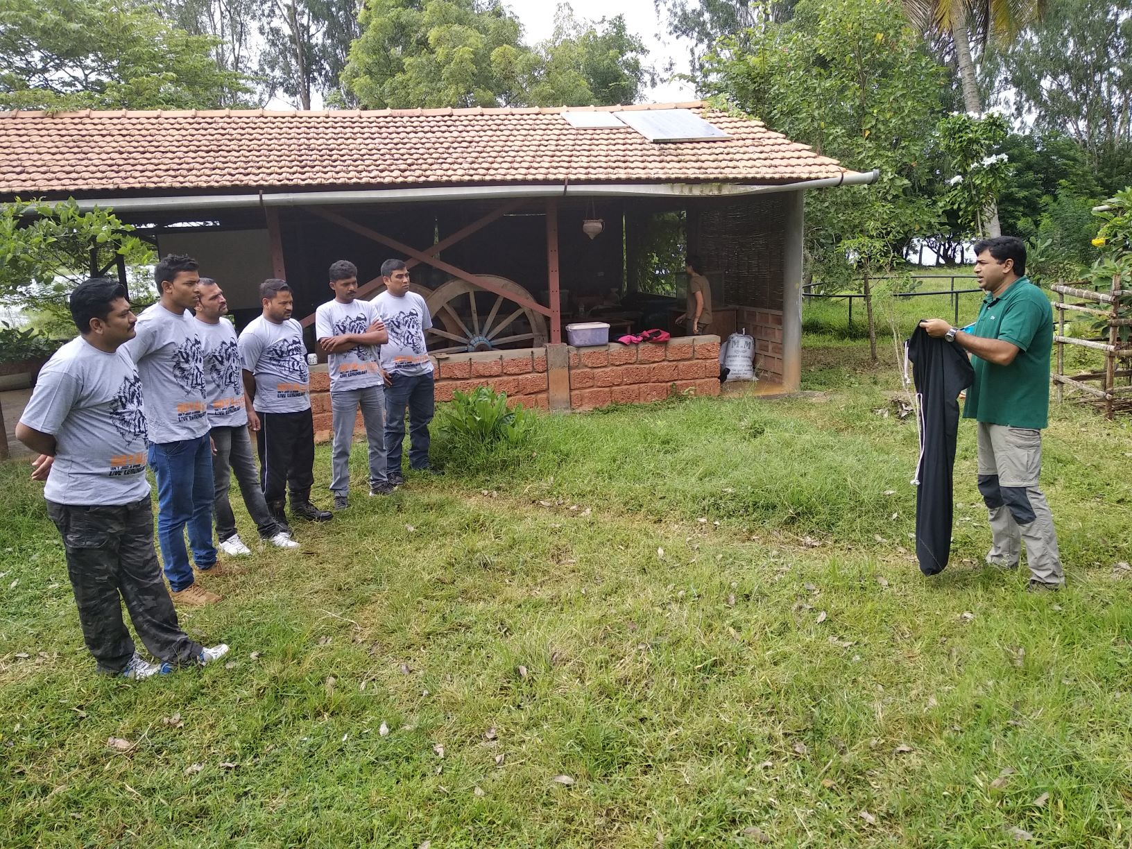 Gerry demonstrates the nuances of snake rescue to a team from the Madhya Pradesh Forest Department in Hunsur, Karnataka, at TGMP Conservation and Education Centre. Photo: Maitreyee Mujumdar