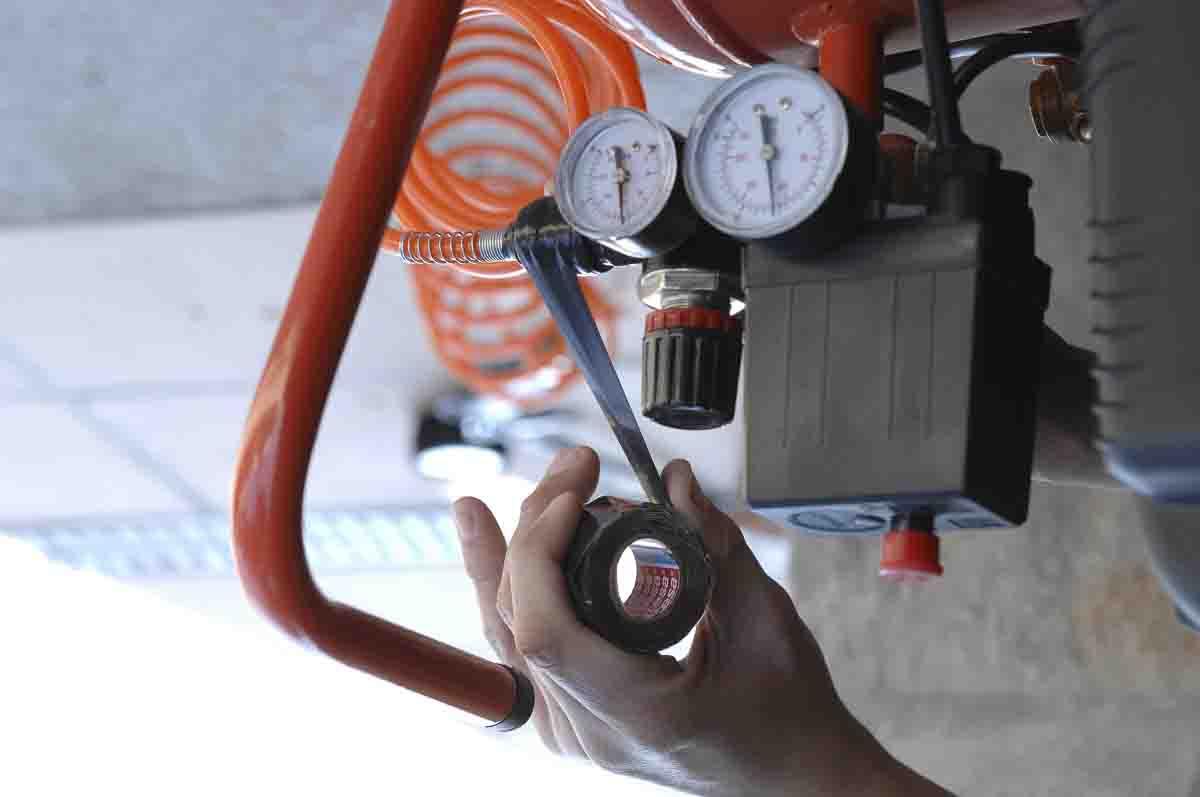 Selbstverschweißendes Isolierband, das zum Flicken eines Schlauchs verwendet wir