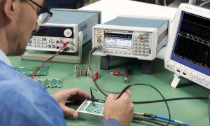 Elektroingenieur bei der Arbeit mit einem Funktionsgenerator