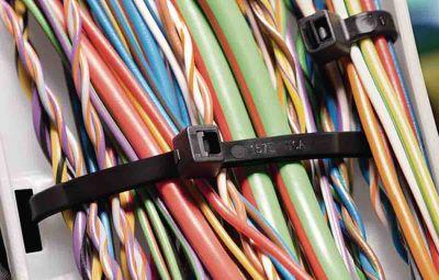 Mehrere Kabel, von Kabelbindern zusammengehalten