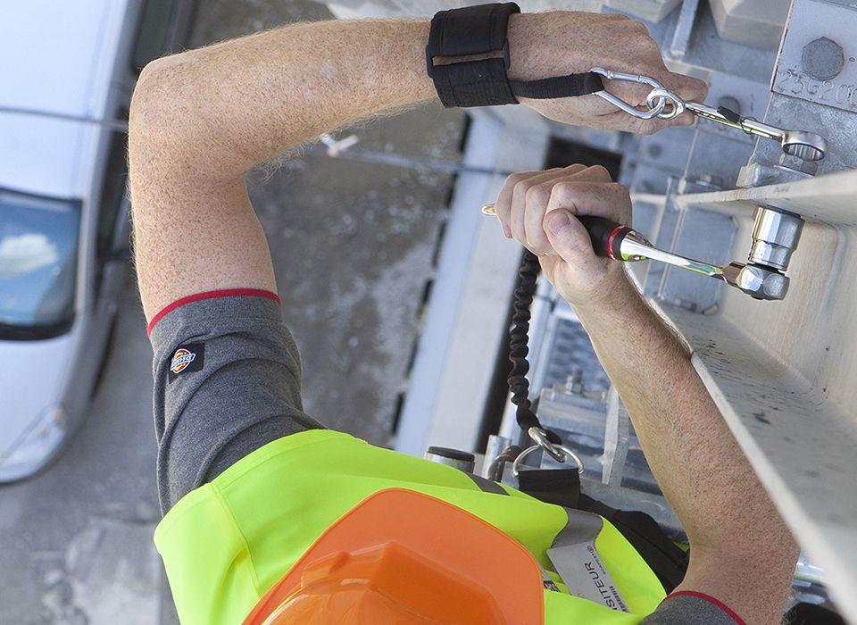 Bauarbeiter beim Festziehen von Muttern via Drehmomentschlüssel