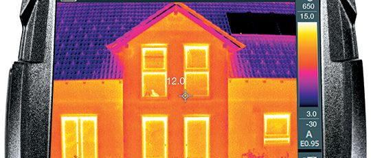 Wärmebildkamera-Ratgeber-Index-Card mit Thermografieaufnahme eines Hauses