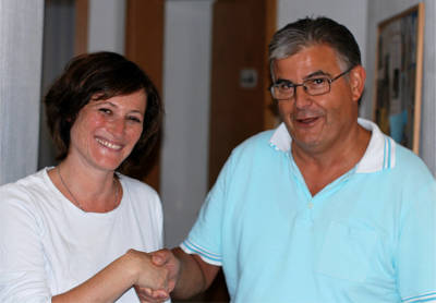 Handschlag zwischen Frau Dr. Seidelsohn und Herrn Dr. Altmann