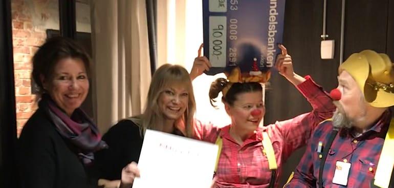 Heidi og Maria deler ut gavesjekken til Sykehusklovnene